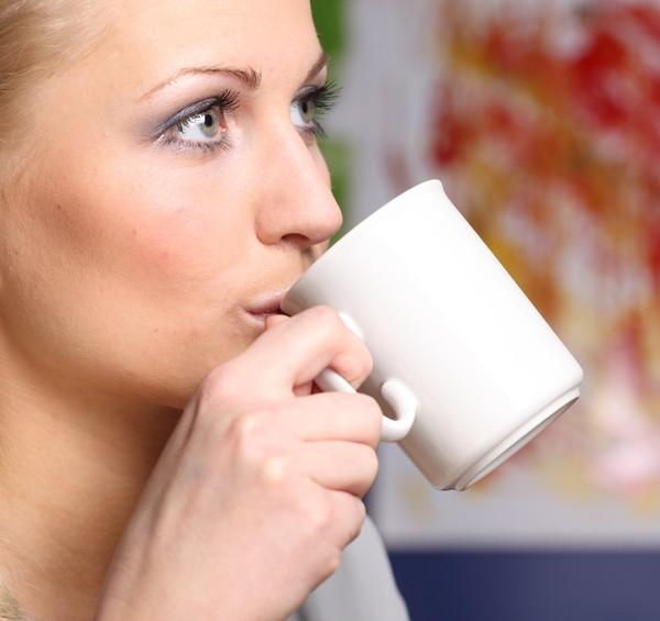Chica tomando té