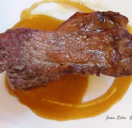 Receta | Pluma ibérica a la brasa con salsa de naranja y miel
