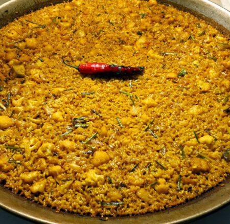 Receta | Paella de bacalao, coliflor y ajos tiernos