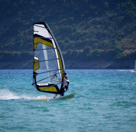 Los mejores deportes para practicar en verano sin salir del agua